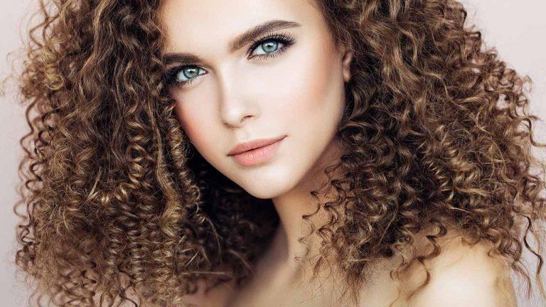 Kıvırcık Saçları Evde Boyamanın Adım Adım Yöntemi