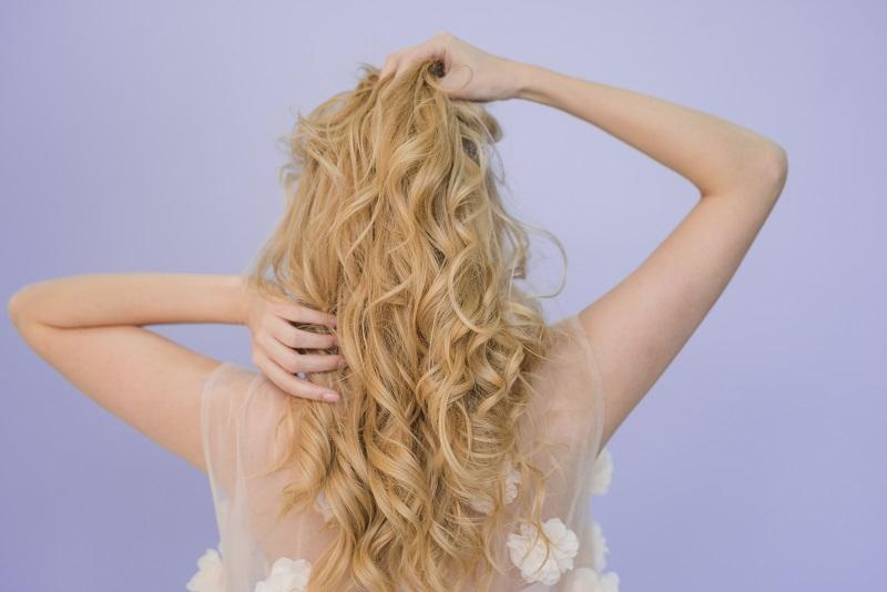 Yaz Mevsiminde Saçların Yağlanmasını Önleyebilecek Yöntemler